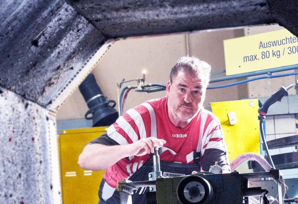 ein Facharbeiter von ELBE Gelenkwellen-Service beim Auswuchten einer Gelenkwelle